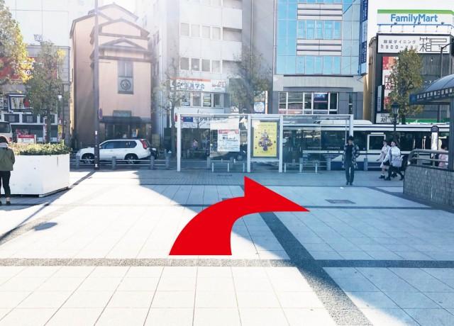 金山駅南口を出たら、右に進んで下さい。