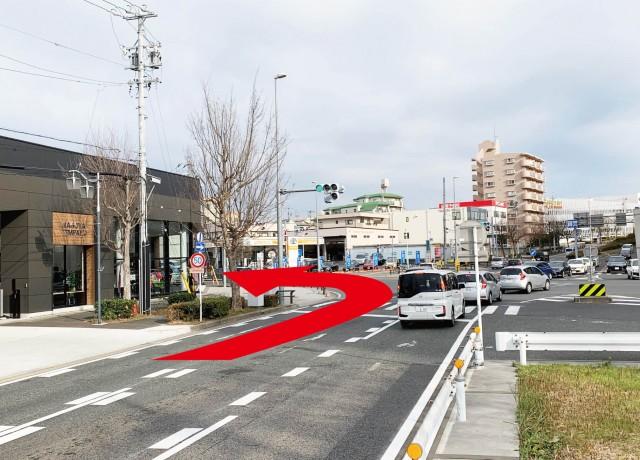 植田一本松交差点を左折して下さい。左手角はJeepのカーディーラーです。そして焼山南の交差点まで直進して下さい。