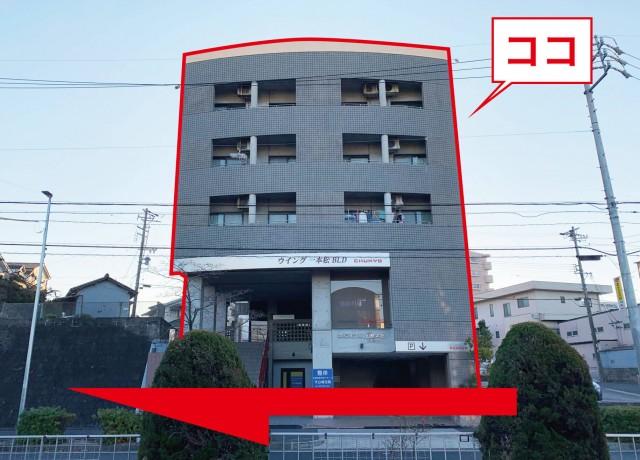 写真のビル1Fに整体院がありますが、反対車線なので、そのまま直進して下さい。