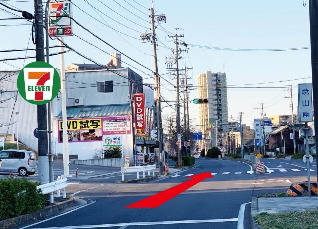 焼山南の交差点を直進します。左手側のセブンイレブンが目印です。