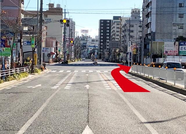 上飯田駅より南へ直進し平安通1丁目の交差点を右折します。