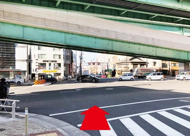 尾頭橋の交差点を渡って下さい。