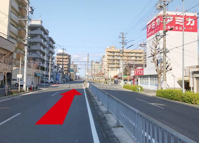 国道19号より上飯田駅方面へ直進していきます。右手にアミカさんがある交差点を直進します。