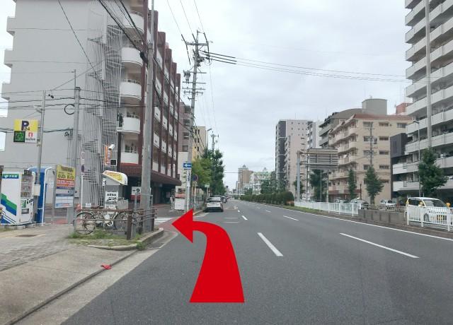 平安通1丁目の交差点を過ぎて、一つ目の一方通行の路地を左折します。