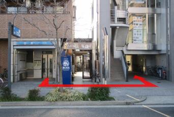地下鉄平安通駅エレベーター出口徒歩1分北隣のビルです。(平安通り駅からエレベーターで上がって左隣のビルの5階A号になります。)
