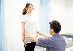 施術後の姿勢の改善具合の確認